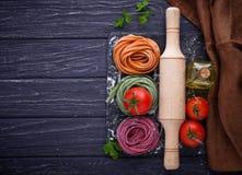 De ongekookte tagliatelle van kleurendeegwaren Stock Foto's