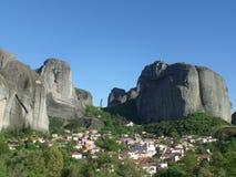 De Ongelooflijke die Mening van Meteora van de Stad van Kastraki, Griekenland wordt gezien Royalty-vrije Stock Fotografie