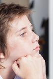 De ongelukkige droevige jongen, ziet dicht omhoog beklemtoond kind onder ogen Royalty-vrije Stock Afbeelding