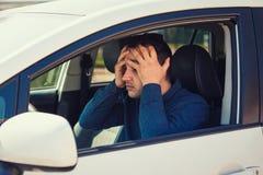De ongelukkige kerelbestuurder heeft een verkeersongeval of vergat om zijn auto omhoog van brandstof te voorzien stock afbeeldingen