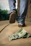 De ongelukkige mens laat vallen geld Stock Foto's
