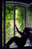 De ongelukkige mooie donkerbruine vrouw met maakt omhoog Stock Afbeeldingen