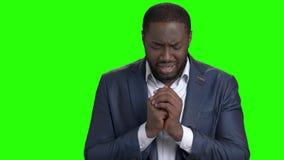 De ongelukkige zakenman schreeuwt op het groene scherm stock video