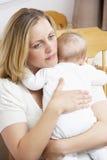 De ongerust gemaakte Baby van de Holding van de Moeder in Kinderdagverblijf Royalty-vrije Stock Foto
