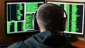 De ongerust gemaakte en boze hakker is verstoord en beklemtoond Het misdadige systeem van het hakker doordringende netwerk van zi Royalty-vrije Stock Afbeeldingen