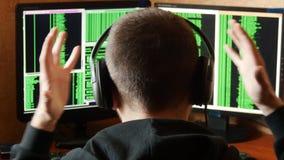 De ongerust gemaakte en boze hakker is verstoord en beklemtoond Het misdadige systeem van het hakker doordringende netwerk van zi stock videobeelden