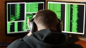 De ongerust gemaakte en boze hakker is verstoord en beklemtoond Het misdadige systeem van het hakker doordringende netwerk van zi stock video