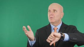 De ongerust gemaakte Zakenman Check Wristwatch en gesticuleert Zenuwachtig royalty-vrije stock afbeeldingen