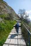 De onherkenbare jongen van 6 jaar neemt tot de bovenkant van de berg op de brug langs de helling toe Royalty-vrije Stock Foto
