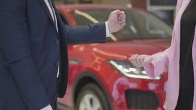 De onherkenbare man in kostuum laat vallen sleutels in de hand van een vrouw, maar zij vallen aan vloer dichte omhooggaand Rode a stock video