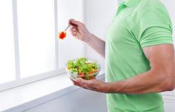 De onherkenbare mens heeft gezonde lunch, etend dieet plantaardige salade stock afbeelding