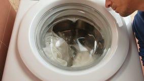De onherkenbare mens maakt diagnostiek van wasmachine stock video