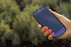 De onherkenbare mobiele telefoon van de vrouwengreep Stock Foto's
