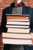 De onherkenbare stapel van de mensenholding boeken Royalty-vrije Stock Afbeelding