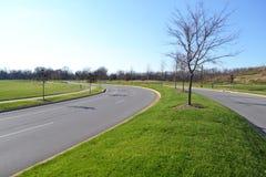 De onlangs Geconstrueerde Rijweg In de voorsteden van het Asfalt Stock Fotografie