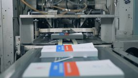 De onlangs-gedrukte die boeken worden door het industriële mechanisme worden bevrijd stock videobeelden