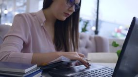 De online cursussen, slimme studentenvrouw gebruikt moderne computertechnologie aan afstand bestuderend van het videolezing en ma stock videobeelden