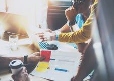 De Online Markten van medewerkersteam brainstorming process business startup De Gadgets van managerusing modern electronic creati Stock Fotografie