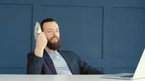 De online tevreden mens die van het inkomensgeld dollarsventilator met behulp van stock videobeelden