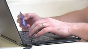 De online transactie, sluit omhoog van mensenhanden stock video