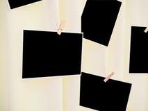 De onmiddellijke fotokaders hangen op het lichtgele gordijn Stock Foto's