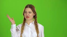 De onplezierige geur maakte het meisje sluit haar neus Het groene scherm stock footage