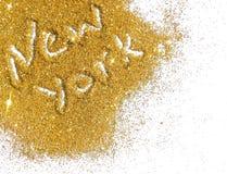 De onscherpe inschrijving New York op gouden schittert fonkeling op witte achtergrond Royalty-vrije Stock Afbeeldingen