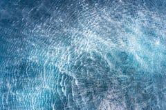 De onstuimigheidsstroom van zeewater gebeurt door de helikopterhop over de waterspiegel stock fotografie