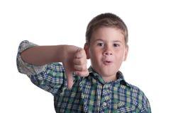 De ontevreden jongen in een kleurenoverhemd stock foto's