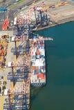 De ontladende containers van het schip Stock Foto's