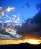 De ontploffing en de wolken van de zon Stock Afbeeldingen