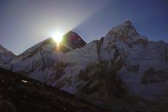 De ontploffing van de zon over MT Everest stock afbeelding