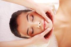 De ontspannen vrouw geniet van ontvangend gezichtsmassage royalty-vrije stock foto