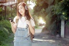 De ontspanning luistert aan het muziekconcept royalty-vrije stock afbeeldingen