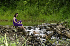 De ontspanning van de vrouw bij waterkant Royalty-vrije Stock Fotografie