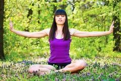 De ontspanning van de yoga in bos Stock Foto's