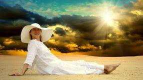 De ontspanning van vrouwen bij zonnige woestijn stock fotografie