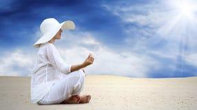 De ontspanning van vrouwen bij zonnige woestijn stock foto