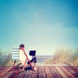 De Ontspanningsconcept van zakenmanworking summer beach Stock Afbeelding