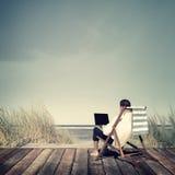 De Ontspanningsconcept van zakenmanworking summer beach royalty-vrije stock foto