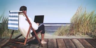De Ontspanningsconcept van zakenmanworking summer beach stock foto