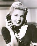 De ontvanger van de de holdingstelefoon van de blondevrouw Stock Foto
