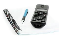 De ontvanger van het notitieboekje en van de telefoon met pen Stock Afbeelding