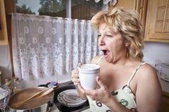 De ontwaken van de vrouw met een koffie Stock Foto's