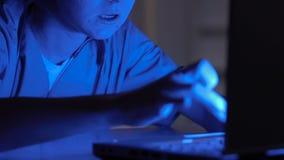 De ontwaken van de slaapverpleegster plotseling in het ziekenhuis bij nacht, die aan laptop werken stock video