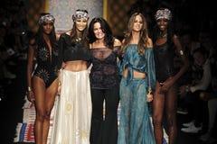 De ontwerper Christina Ferrari (c) en de modellen stellen op de baan tijdens Fisico tonen Royalty-vrije Stock Fotografie