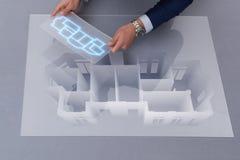 De ontwerper die aan 3d futuristisch flatontwerp werken Stock Afbeeldingen
