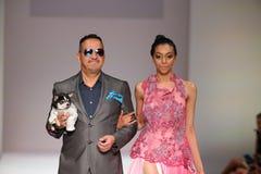 De ontwerper en het model lopen de baan bij de Anthony Rubio-modeshow tijdens de Lente van 2016 de Manierweek van New York Stock Foto