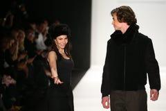 De ontwerper Hallie Sara en het model lopen de baan Royalty-vrije Stock Foto's
