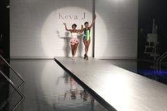 De ontwerper Keva Johnson (l) en het model lopen de baan tijdens de de Lentezomer van 2017 van Keva J Baan tonen Royalty-vrije Stock Afbeelding